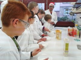 Lehramtstudierende zeigen SchülerInnen einfache Experimente (Bild: FAU)