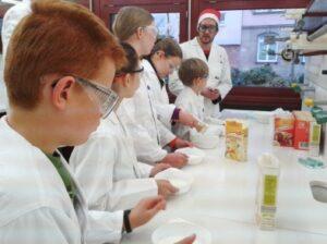 Lehramtstudierende zeigen Schülern einfache Experimente (Bild: FAU)