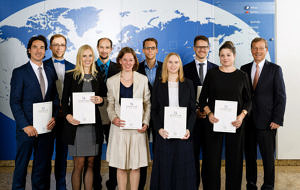 Personen auf dem Gruppenfoto (von links nach rechts): Dr. Jens Burkhard Funk, Dr. Matthias Braun, Dr. Franziska Engelhard, Dr. Thomas Heumüller, Dr. Tanja Potschies, Dr. Volker Strauß, Dr. Nina Müller, Dr. Jonathan Driedger, Dr. Nicole Wiedenmann, , Hr. Wilhelm R. Wessels (Stiftungsvorsitzender) (Foto: STAEDTLER Stiftung)